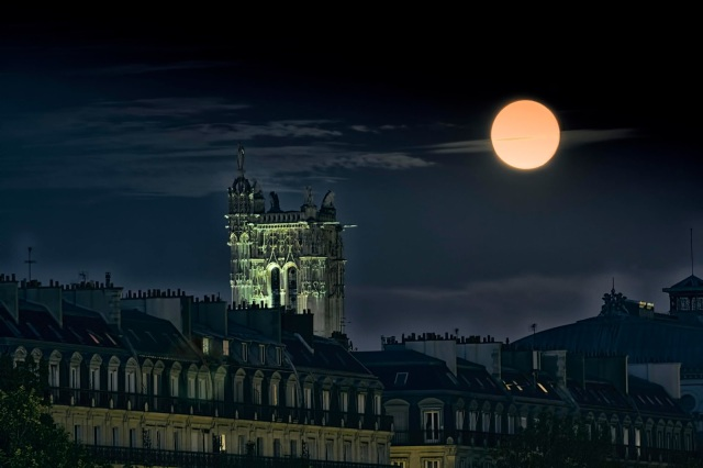 Moon Over Tour Saint-Jacques, Paris (Pedro Jarque Krebs)