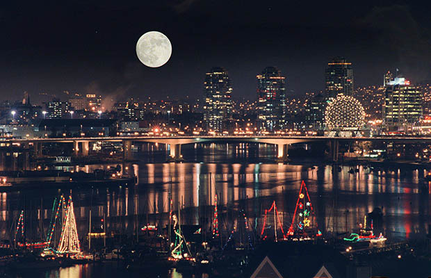 Christmas Moon over Vancouver [Mark van Manen, 2015]